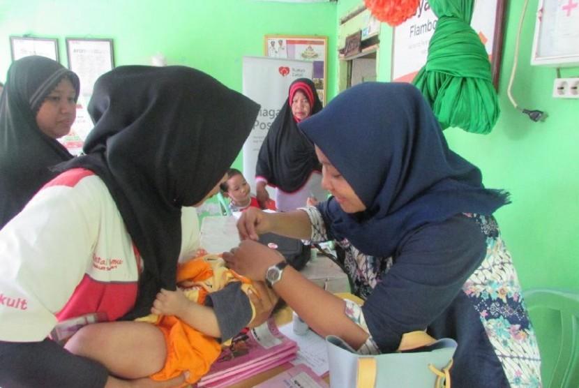 Rumah Zakat besrsinergi dengan puskesmas Tamlanrea memberikan pelayanan kesehatan balita di posyandu Flamboyan VI Kelurahan Tamalanrea Jaya Kampung Parang, Makassar.
