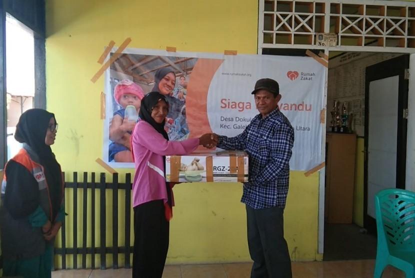 Rumah Zakat dan komunitas muslim Gosowong menyerahkan bantuan untuk posyandu di Desa Dokulamo Kecamatan Galela Kabupaten Halmahera Utara.