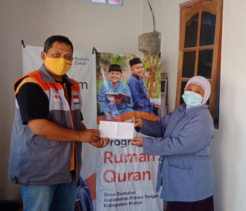Rumah Zakat Desa Berdaya Gumulan kembali berbagi kebahagiaan kepada dua guru pengajar/pembina Rumah Quran di Musholla At Taqwa Tegal Rejo, Desa Gumulan.