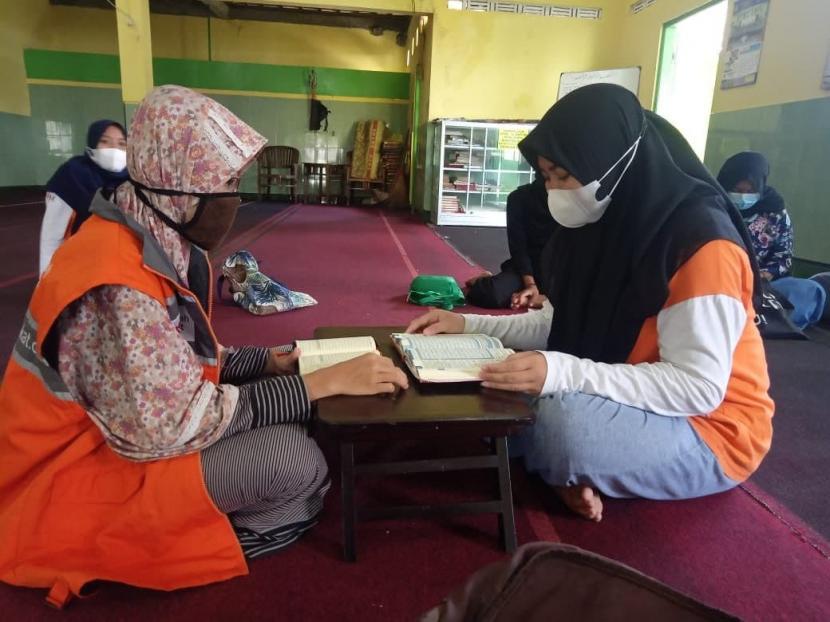 Rumah Zakat melakukan kegiatan pembinaan secara offline kepada anak juara di Masjid Baiturrohim, Sumber, Surakarta.