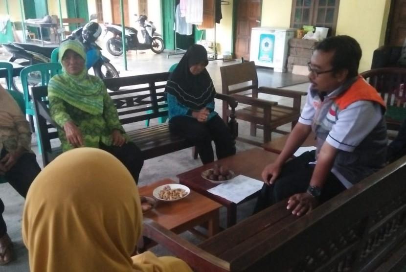 Rumah Zakat melalui Fasilitator Desa Berdaya Bolon Kus Irsanto memberikan pendampingan kepada 13 pengrajin karak.