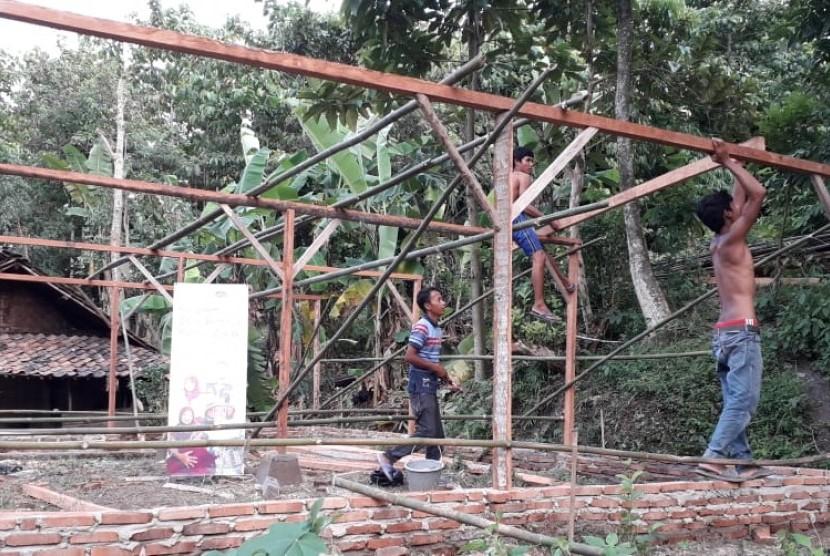 Rumah Zakat melatih masyarakat Pasirkakapa, Serang, Banten untuk membudidayakan jamur tiram.
