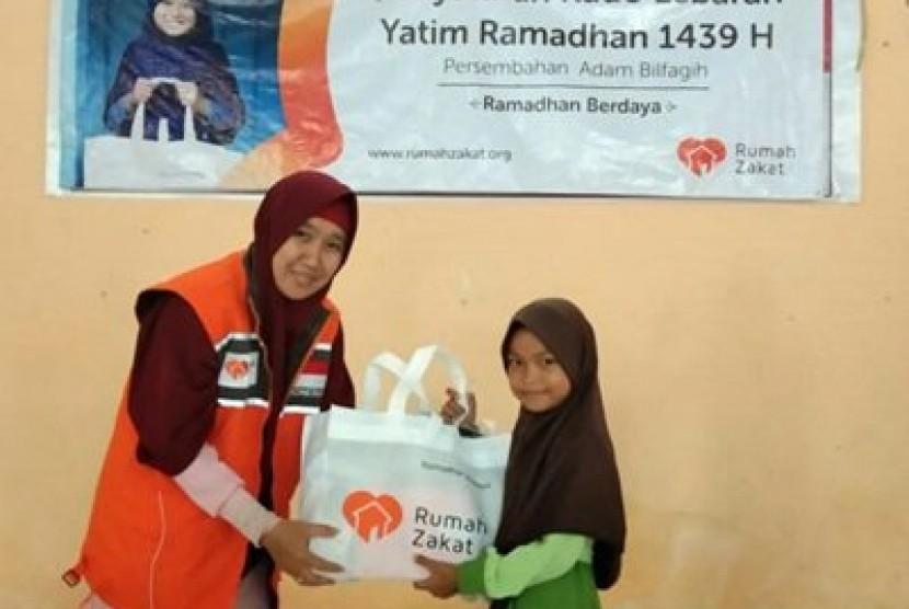 Rumah Zakat membawa 70 paket Kado Lebaran Yatim untuk anak nelayan Desa Babulu Laut.