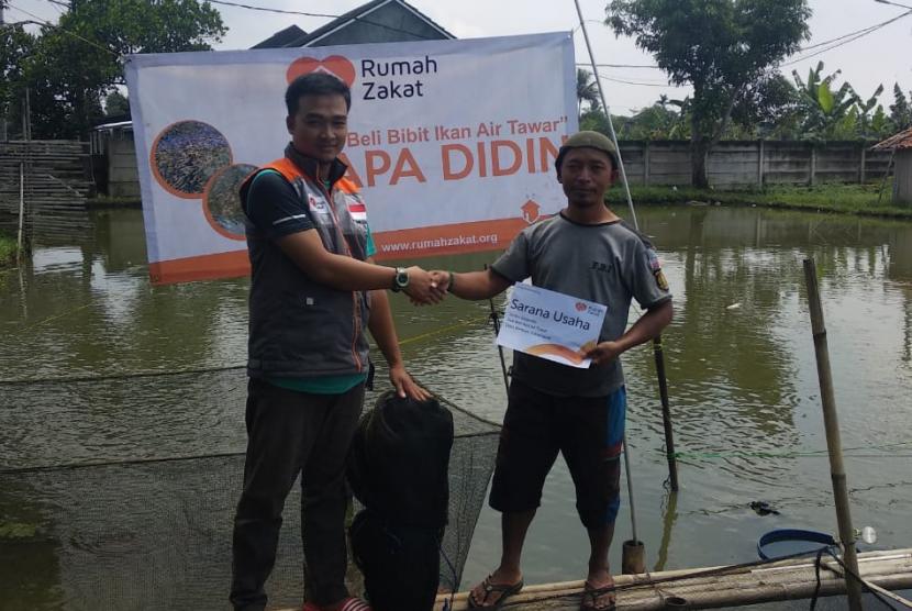 Rumah Zakat memberikan bantuan jala ikan.