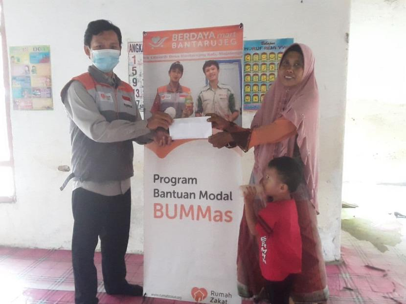 Rumah Zakat memberikan bantuan modal usaha kepada kepada Koperasi Sampir Berkah, salah satu usaha binaan BUMMas yang berada di Desa Sampir, Kecamatan Waringibkurung, Kabupaten Serang.