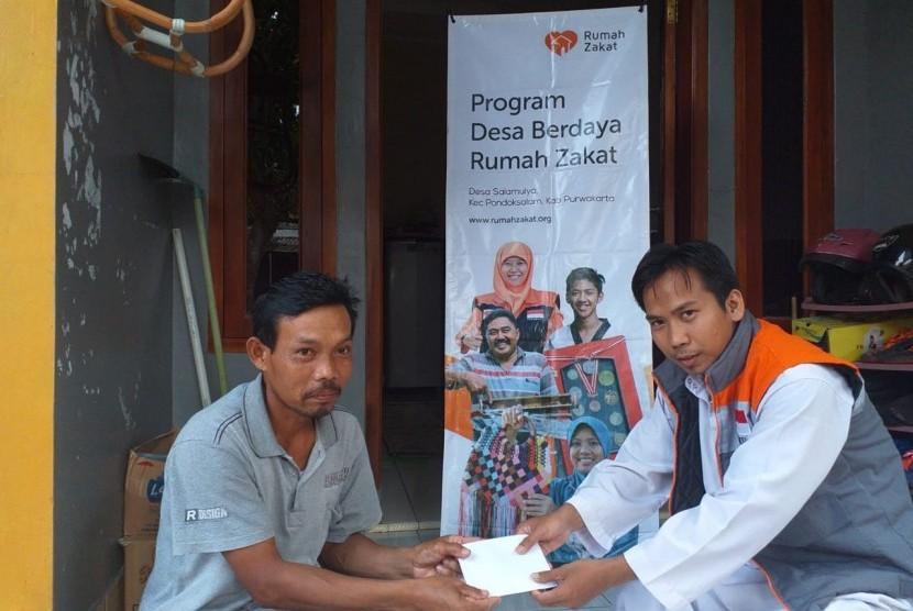 Rumah Zakat memberikan bantuan modal usaha untuk Dedi.