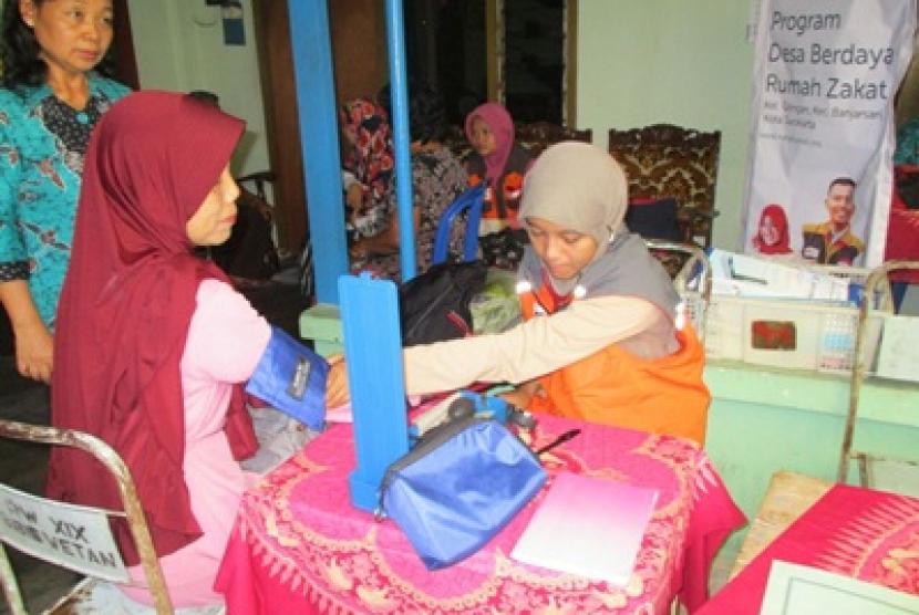 Rumah Zakat memberikan pemeriksaan gratis untuk warga lanjut usia.