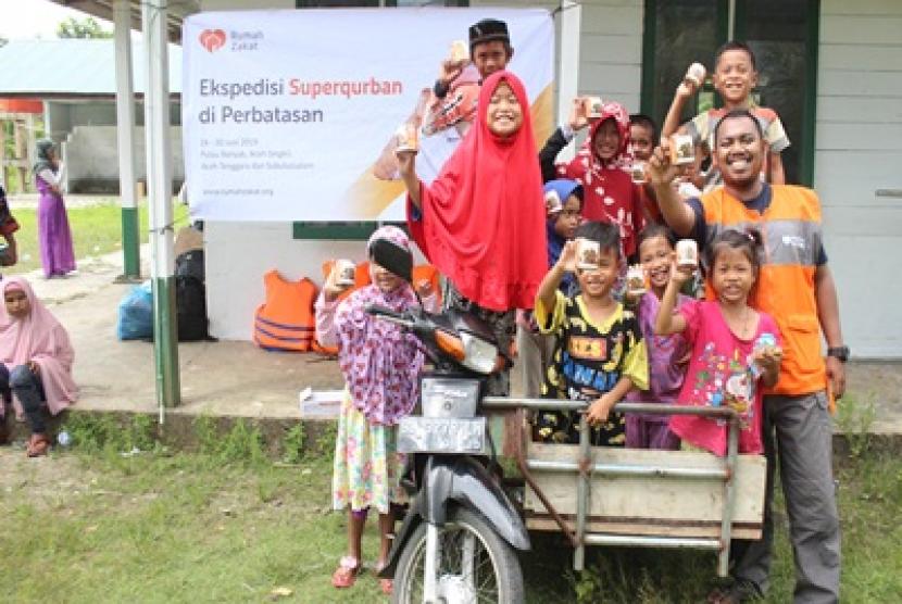 Rumah Zakat memberikan Superqurban ke warga di pedalaman Aceh Singkil.