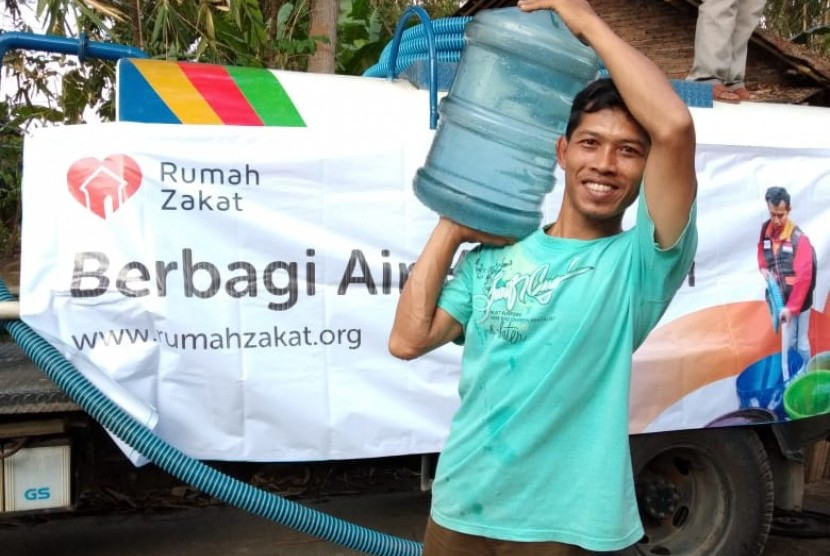 Rumah Zakat mendistribusikan bantuan air bersih untuk warga Desa Rejosari Bandongan Magelang, Jawa Timur.
