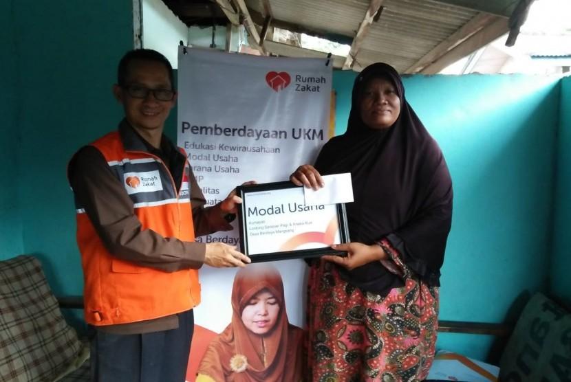 Rumah Zakat mendistribusikan bantuan modal usaha untuk empat orang member binaan.