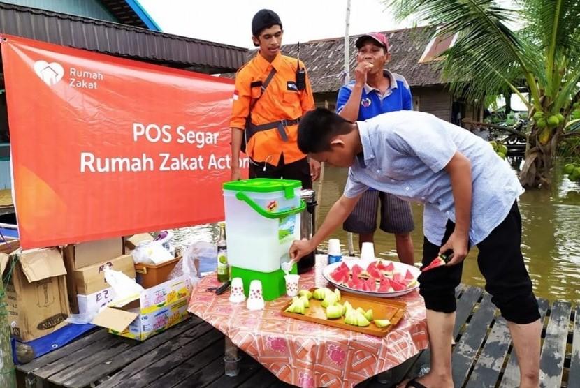 Rumah Zakat menyalurkan bantuan 300 paket Superqurban untuk korban banjir Banjarmasin.
