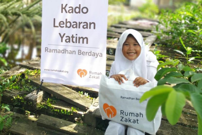 Rumah Zakat menyalurkan Kado Lebaran Yatim untuk anak-anak kurang mampu.