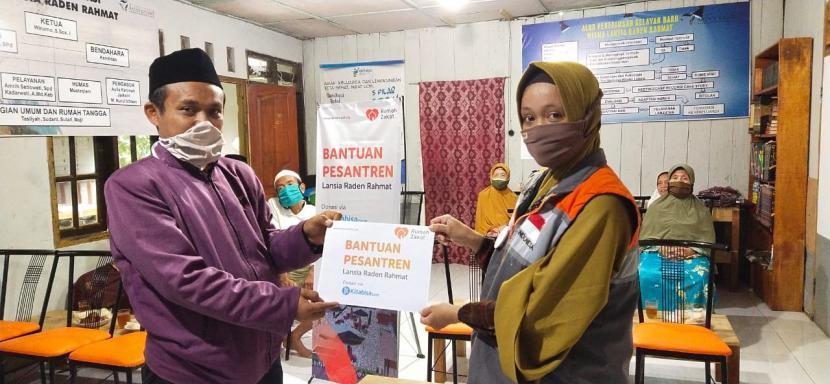 Rumah Zakat menyerahkan secara simbolik bantuan sarana prasarana untuk Pesantren Kasepuhan Raden Rahmat di Desa Gedong, Kecamatan Banyubiru, Kabupaten Semarang.