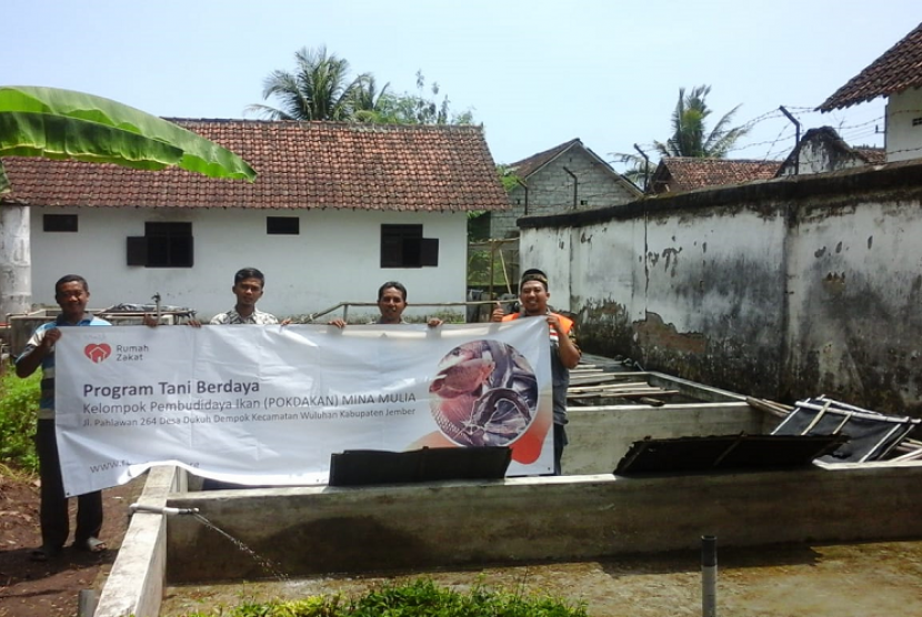 Rumah Zakat. Rumah Zakat memberi pelatihan pembudidayaan ikan kepada kelompok Mina Mulia.