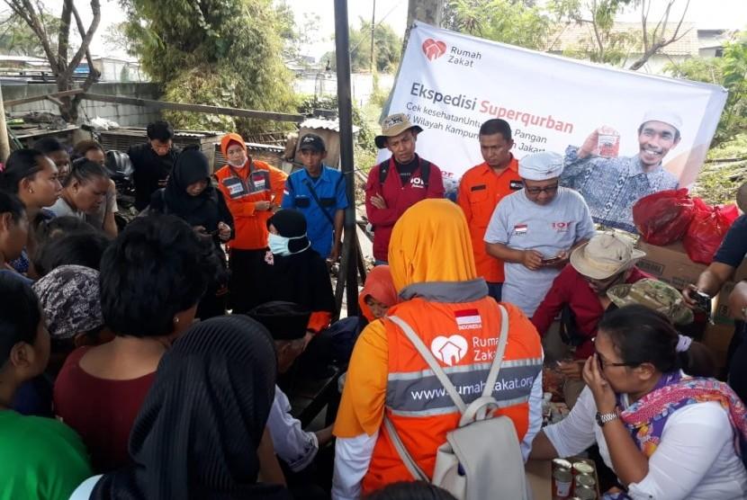 Rumah Zakat (RZ) membagikan 600 Superqurban kepada warga yang tinggal di kampung kumuh, Jalan Reformasi, Cilincing, Jakarta Utara, Sabtu (27/7).