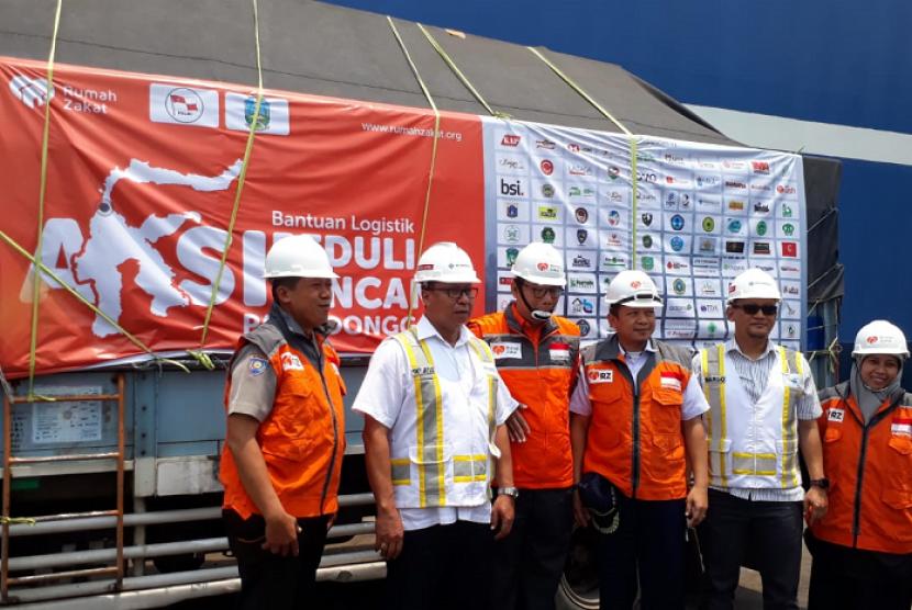 Rumah Zakat (RZ) mengirim bantuan 30 ton paket rendang dan kornet untuk korban bencana Palu dan Donggala di Pelabuhan Tanjung Perak, Surabaya, Rabu (17/10).