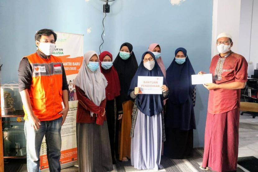 Rumah Zakat telah menyalurkan bantuan biaya pendidikan hasil donasi orang baik melalui platform penggalangan dana Kitabisa.com untuk para santri di Pondok Pesantren Tahfidz Yayasan Yatim Al Andalusia, Kamis (17/6).