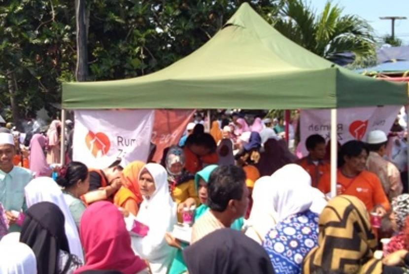 Rumah Zakat turut berkontribusi dengan mendirikan Pos Segar di acara banten Berzikir.
