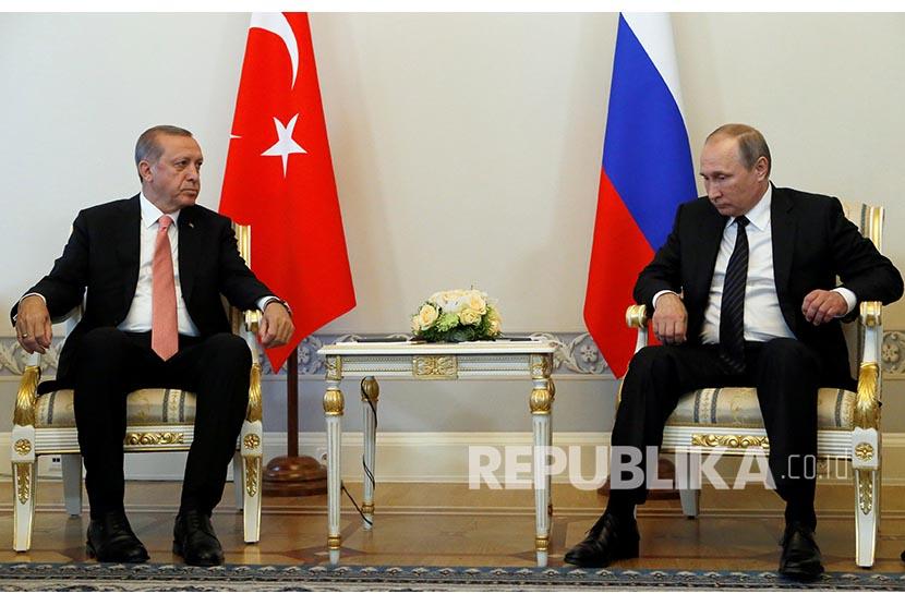 Russian President Vladimir Putin and Turkish President Tayyip Erdogan attend their meeting in St. Petersburg, Russia, August 9, 2016. REUTERS/Sergei Karpukhin