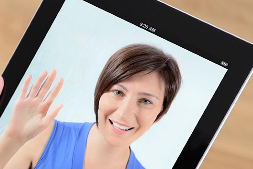 Saat keluar kota karena pekerjaan, ibu bisa mengakrabkan diri dengan anak lewat teknologi misalnya FaceTime.