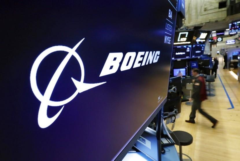SAHAM BOEING. Pialang melakukan aktivitas di New York Stock Exchange, Senin (11/3). Saham Boeing Co anjlok menyusul jatuhnya pesawat Ethiopian Airlines yang menggunakan tipe 737 MAX 8.