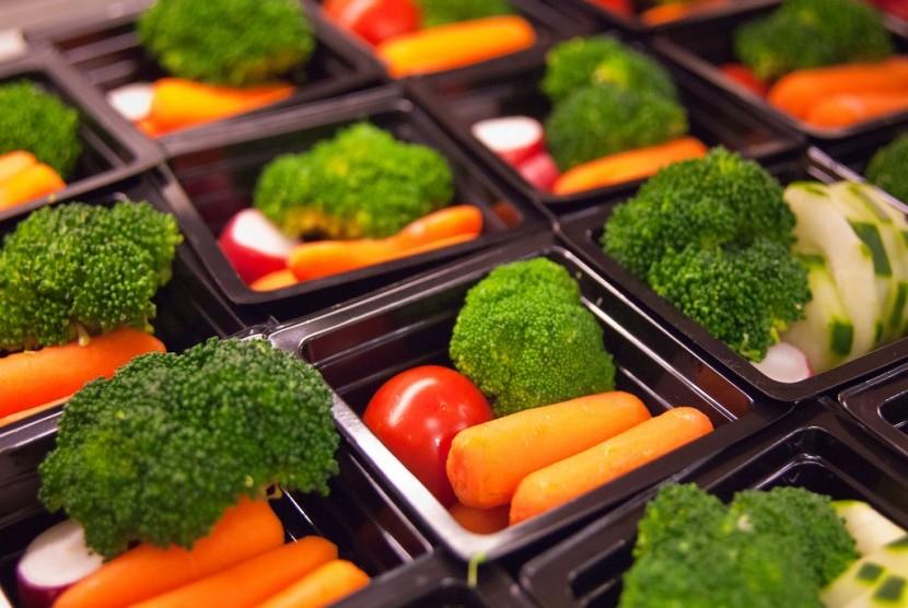 Sajikan sayur dalam bentuk yang menarik untuk membuat anak mau makan sayur.