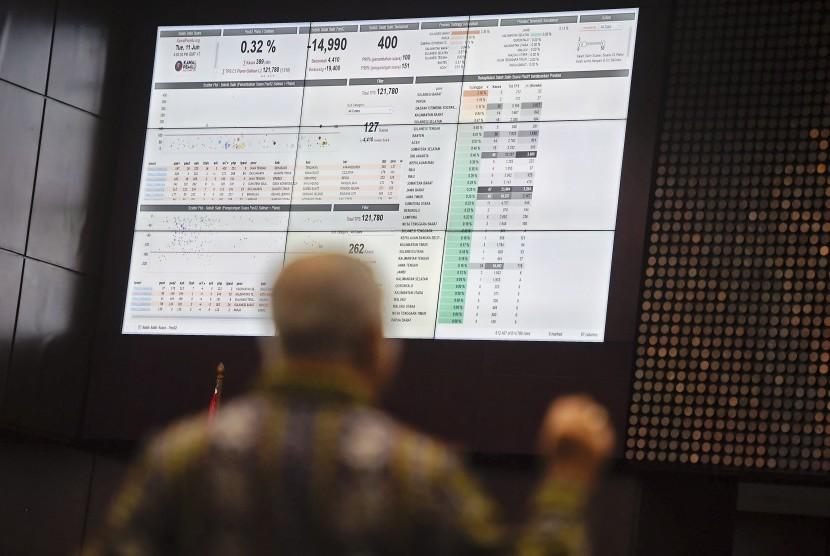 Saksi ahli dari pihak termohon, Marsudi Wahyu Kisworo, menunjukkan data Situng KPU saat memberikan keterangan pada sidang lanjutan perselisihan hasil pemilihan umum (PHPU) presiden dan wakil presiden di gedung Mahkamah Konstitusi, Jakarta, Kamis (20/6).