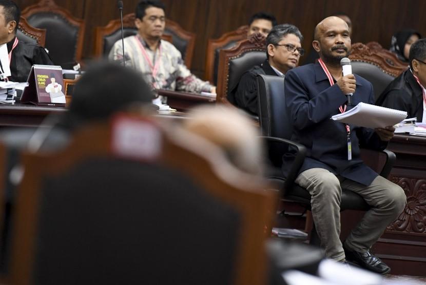 Saksi dari pihak pemohon Idham Amiruddin (kanan) memberikan keterangan saat sidang lanjutan Perselisihan Hasil Pemilihan Umum (PHPU) presiden dan wakil presiden di gedung Mahkamah Konstitusi, Jakarta, Rabu (19/6/2019).