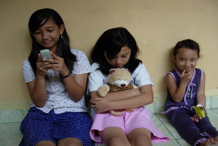 Salah satu anak (tengah) yang murung dan sedih (ilustrasi).