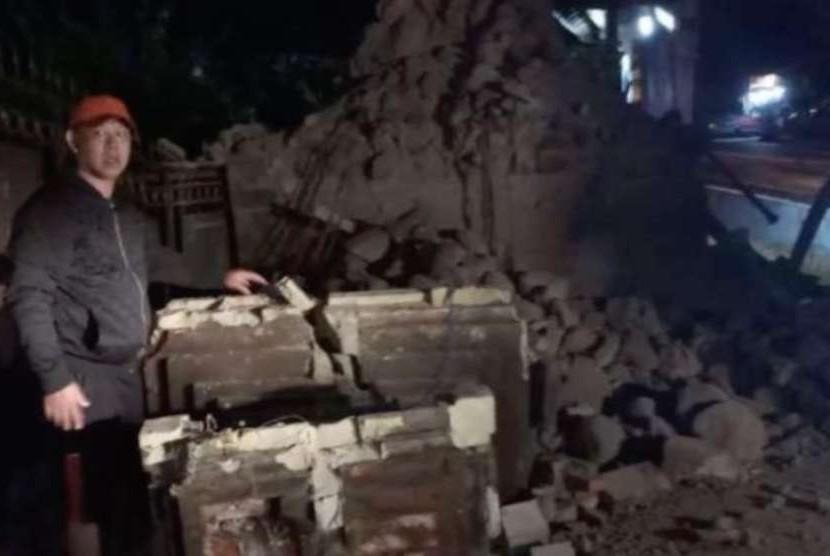 Salah satu bangunan yang roboh akibat gempa yang mengguncang Situbondo, Jawa Timur.