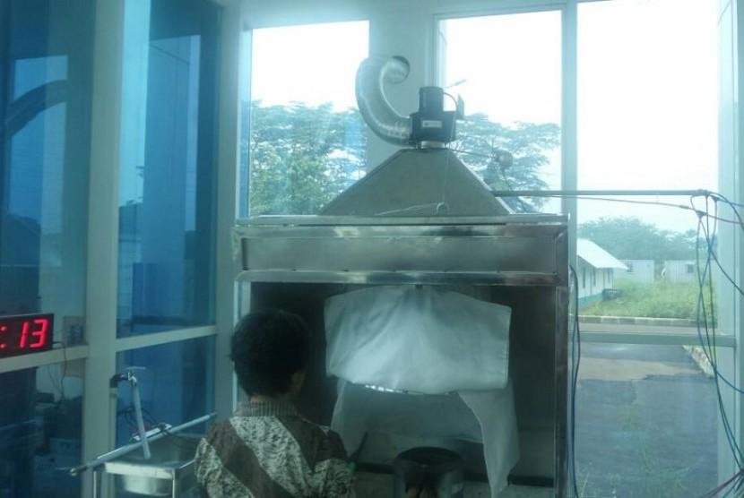 Salah satu fasilitas yang tersedia di Laboratorium Uji Tungku Sehat Hemat Energi (TSHE) di Kantor Pusat Penelitian dan Pengembangan Teknologi Ketenagalistrikan Energi Baru Terbarukan dan Konservasi Energi (P3TKEBTKE) di Gunung Sindur, Bogor.