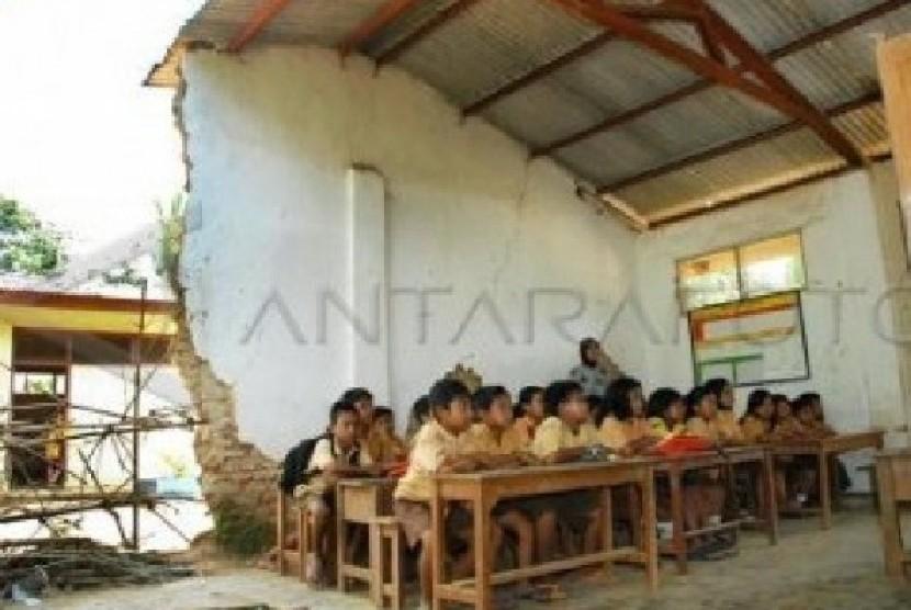 Salah satu gedung sekolah SD di Jabotabek yang masih rusak