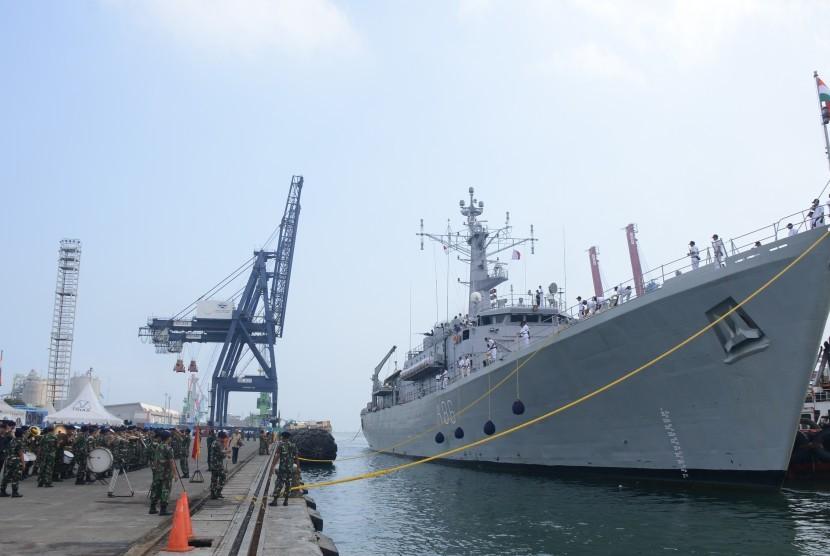 Salah satu kapal perang India yang bersandar di Pelabuhan Tanjung Priok.
