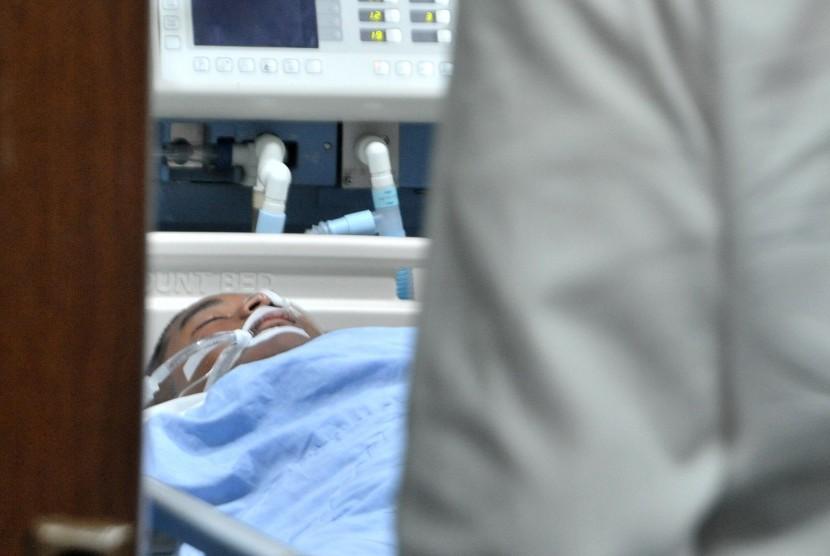 Salah satu korban kekerasan Orientasi SMA Taruna Indonesia Palembang, WJ, terbaring di Intensive Care Unit (ICU) Rumah Sakit Charitas Palembang, Sumatra Selatan, Rabu(17/7/2019).