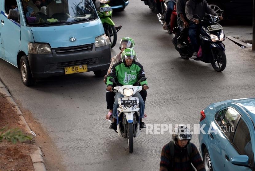 Salah satu layanan transportasi berbasis aplikasi daring, Gojek, melaju di jalanan ibu kota.