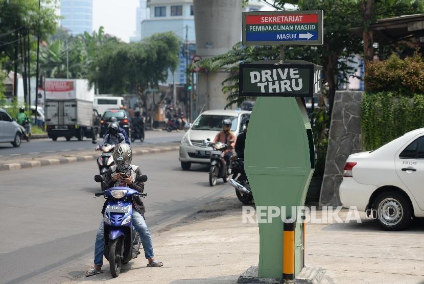 Salah satu layanan zakat, infak, dan sodaqoh drive thru dipasang di depan Masjid Al-Itishom, Jakarta Selatan, Senin (23/10).