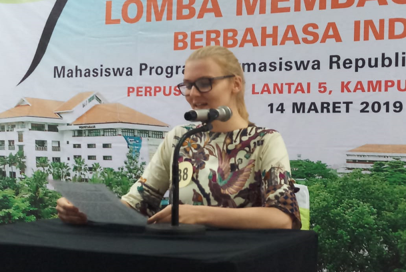 Salah satu mahasiswa asing yang menjadi peserta lomba membaca berita berbahasa Indonesia di Universitas Surabaya, Kamis (14/3)