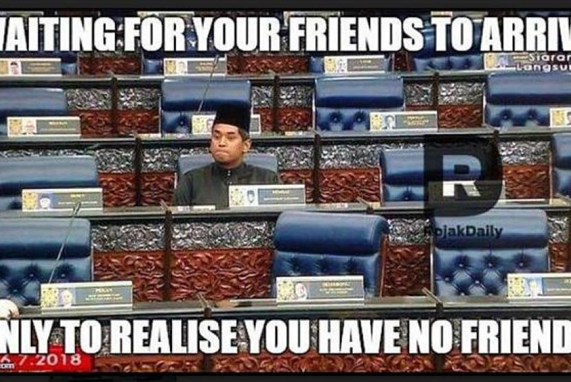 Salah satu meme yang memperlihatkan foto anggota parlemen yang juga mantan Menpora Malaysia, Khairy Jamaluddin yang duduk sendiri karena tidak ikut serta dalam aksi walk out Barisan Nasional dalam memprotes pemilihan ketua parlemen, Senin (16/7).