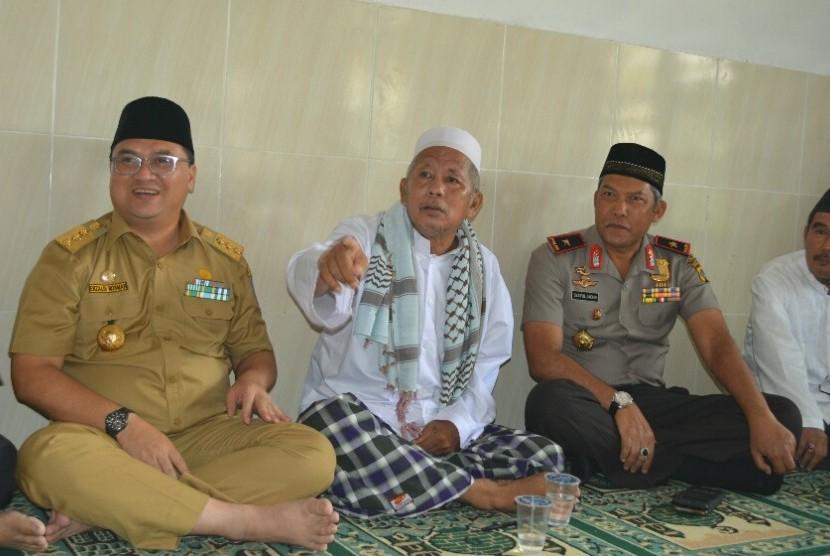 Gubernur Bangka Belitung, Erzaldi Rosman Djohan (kiri) bersama para ulama dan kepolisian.