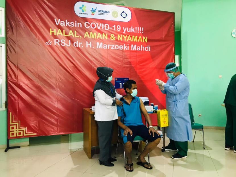 Salah satu pasien ODGJ di RSJ Marzoeki Mahdi menerima vaksin Covid-19, Selasa (1/6).