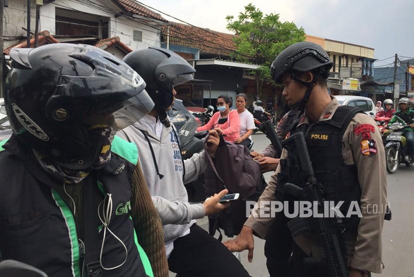 Salah satu pengendara mengambil foto/video gerbang utama Mako Brimob, langsung dihadang petugas, pada Jumat (11/5), pasalnya kegiatan tersebut dilarang sejak insiden di Rutan Mako Brimob.