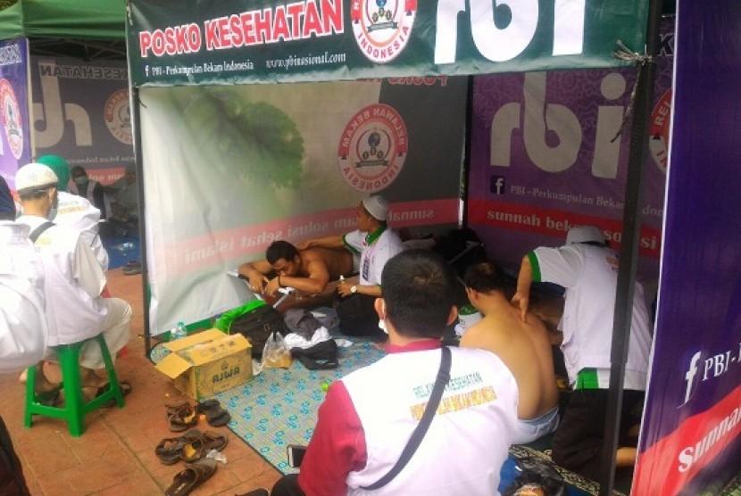 Salah satu posko kesehatan yang didirikan Perkumpulan Bekam Indonesia memberikan layanan bekam gratis kepada peserta Aksi Reuni 212 di Lapangan Monas, Sabtu (2/12)