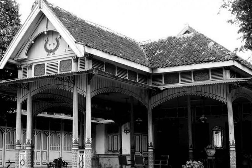 Salah satu rumah megah milik saudagar di Kotagede Yogyakarta.Sebelum gempa rumah ini cukup banyak di tempat itu, tapi kini sebgaian sudah roboh. Beberapa di renovasi menjadi rumah konservasi.