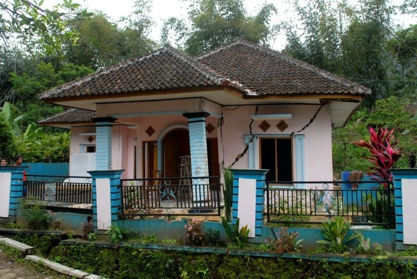 Salah satu rumah yang rusak berat akibat bencana pergerakan tanah ditinggalkan pemiliknya di Desa Nagrak Jaya, Kecamatan Curug Kembar, Sukabumi, Jawa Barat, Kamis (18/8).