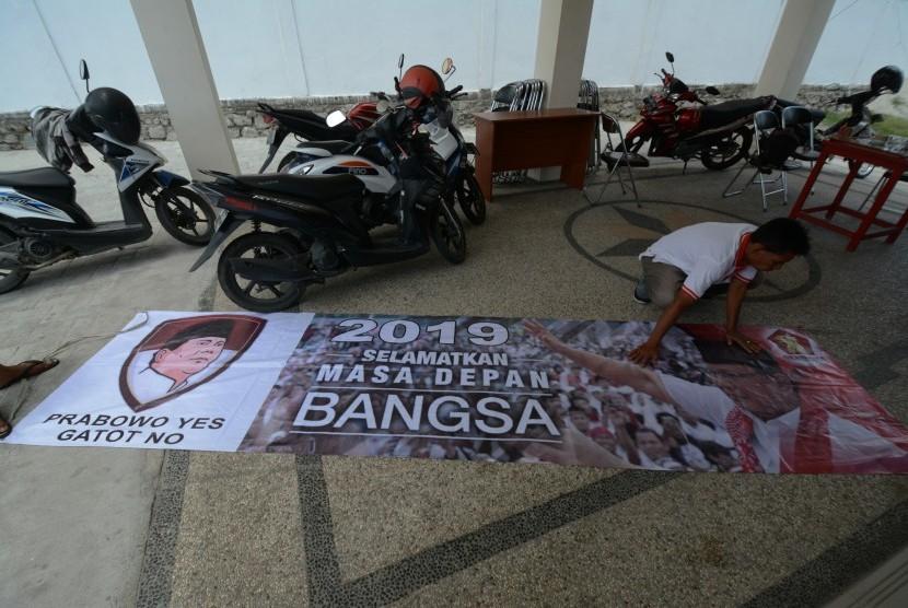[ilustrasi] Salah satu spanduk yang menyudutkan Gatot Nurmantyo disita oleh DPW Gerindra Sulawesi Tengah di Palu, Rabu (11/4). DPW Gerindra Sulteng menyita puluhan spanduk yang berisi tulisan