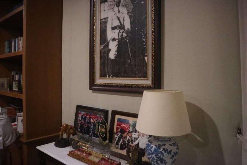 Salah satu sudut kediaman Prabowo Subianto di Hambalang, Bogor. Tampak foto Jenderal Sudirman terpajang di dinding rumahnya.