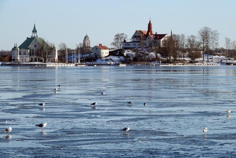 Salah satu sudut kota Helsinki di Finlandia. Burung-burung berdiri di atas air yang membeku di musim dingin.