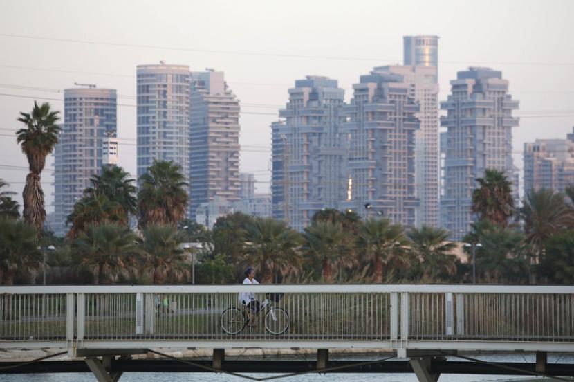 Salah satu sudut Kota Tel Aviv, Israel. Israel berencana membuka kembali pintunya bagi wisatawan asing yang sudah divaksin Covid-19.