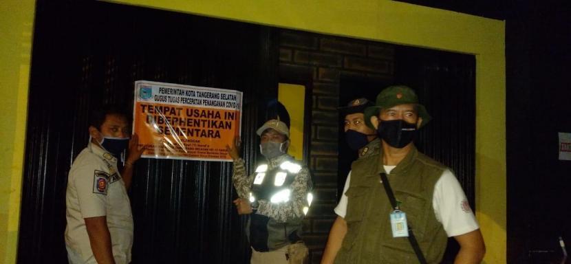 Petugas Satpol PP menyegel salah satu tempat hiburan malam (ilustrasi).