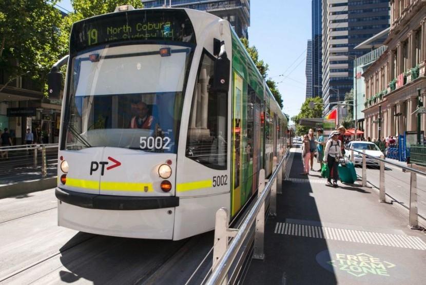 Salah satu trem di kota Melbourne sedang berhenti di Elizabeth Street.